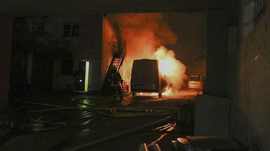 Die Feuerwehr löscht einen Fahrzeugbrand in Passau.