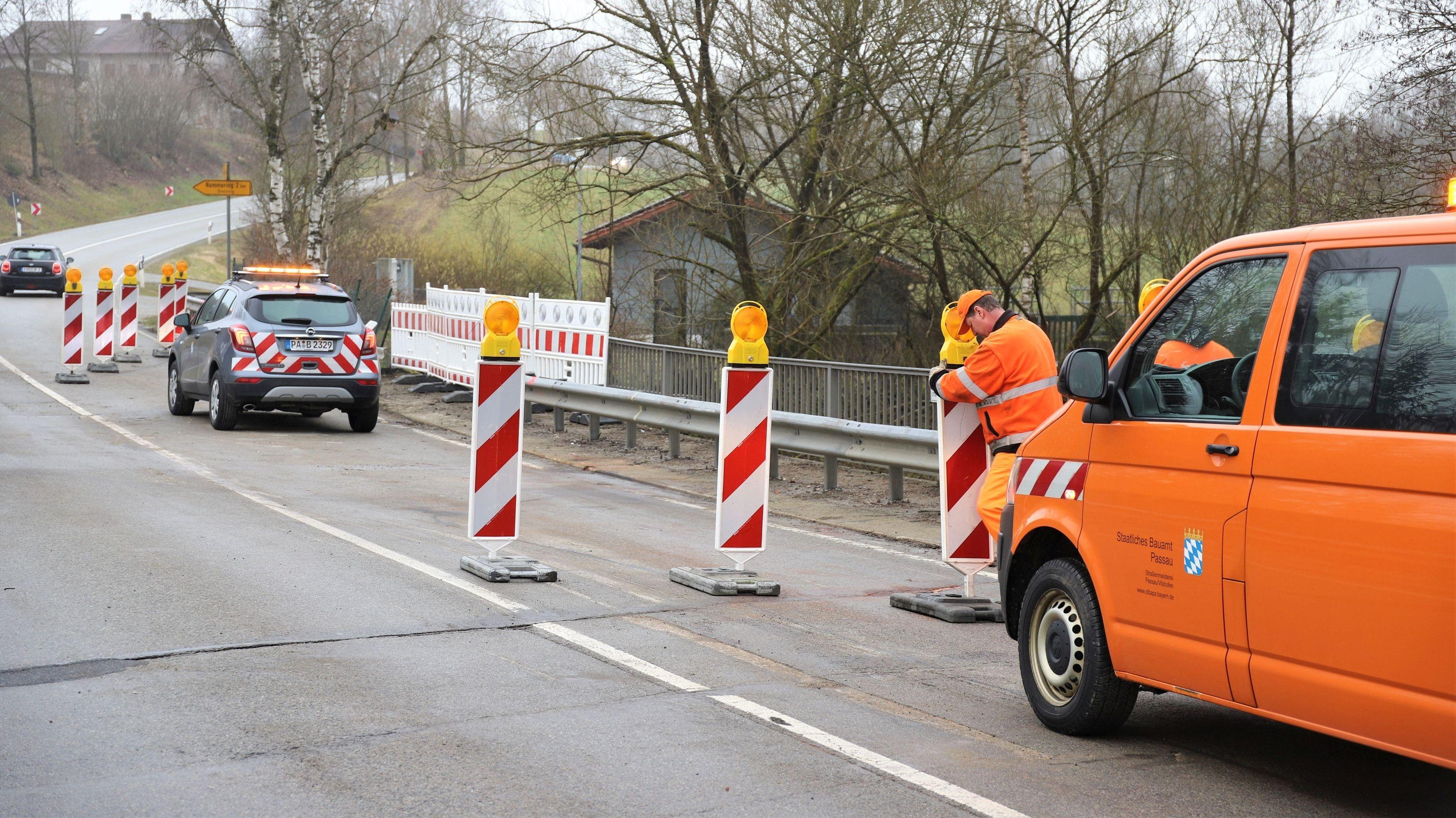 Das Bauamt sperrt die Brücke, auf der der Laster umgekippt war, halbseitig