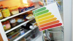 Ein offener Kühlschrank mit Energielabel   Bild:picture alliance / blickwinkel/McPHOTO/C. Ohde   McPHOTO/C. Ohde