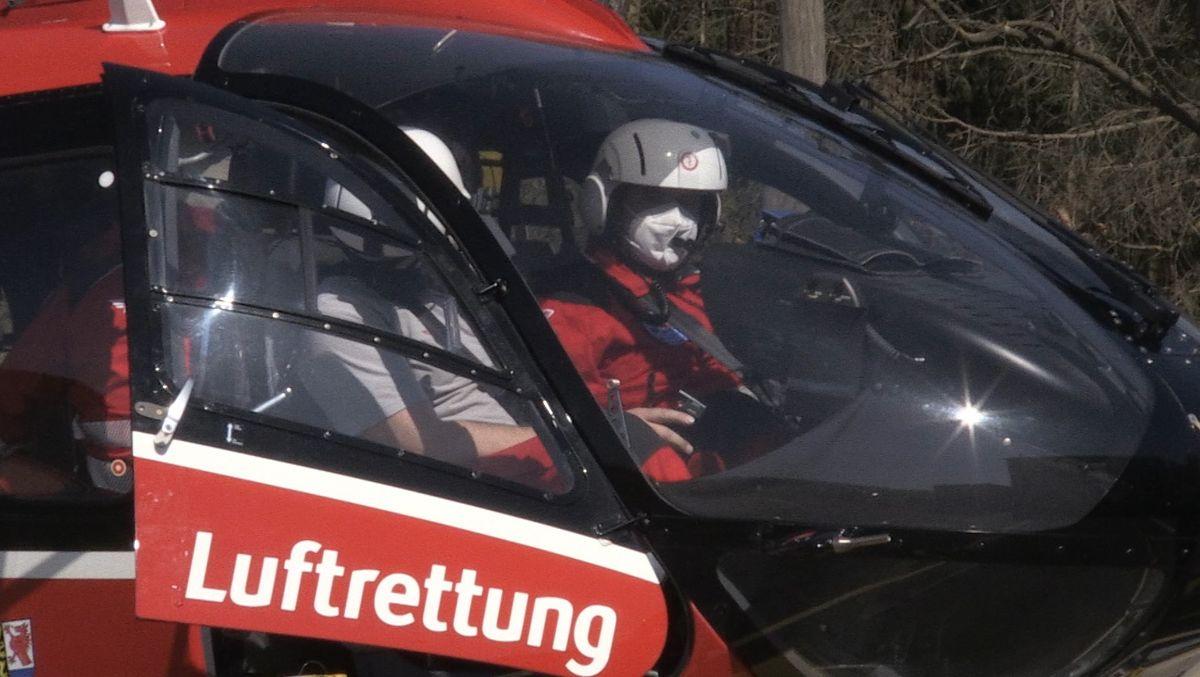 Die Piloten im Cockpit des neuen Rettungshubschraubers für die Nordoberpfalz kurz vor dem Start