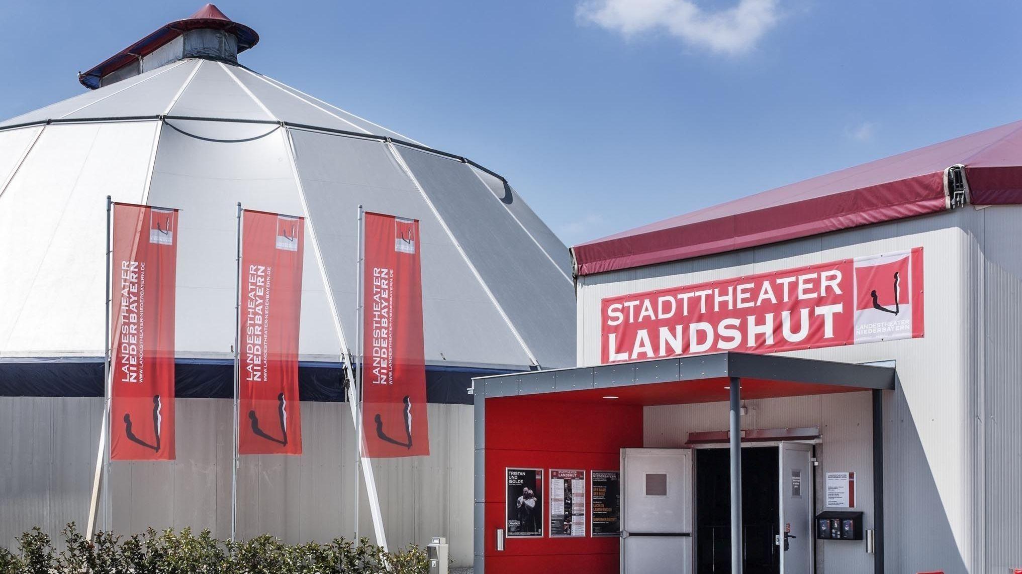 Das provisorische Theaterzelt am Stadtrand von Landshut