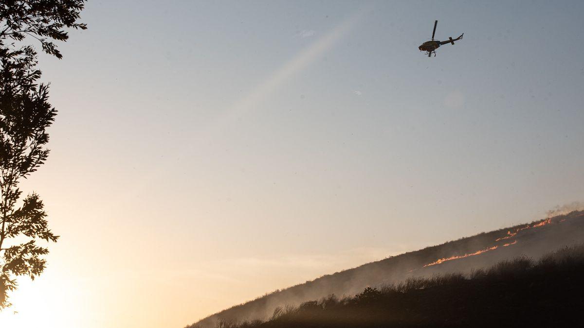 Hubschrauber über brennendem Kalifornien