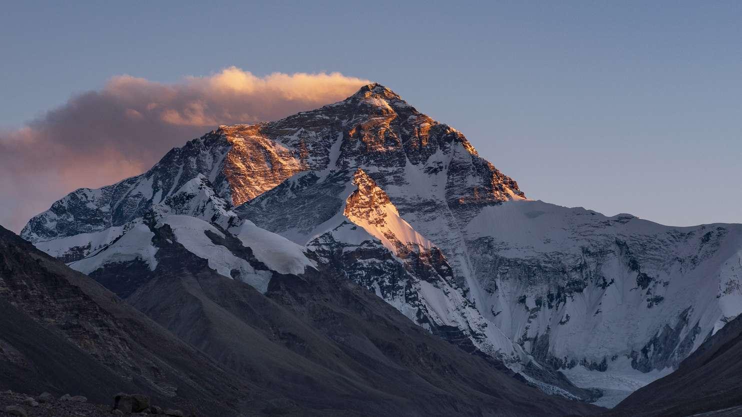 Der höchste Berg der Erde, der Mount Everest, wird neu vermessen.