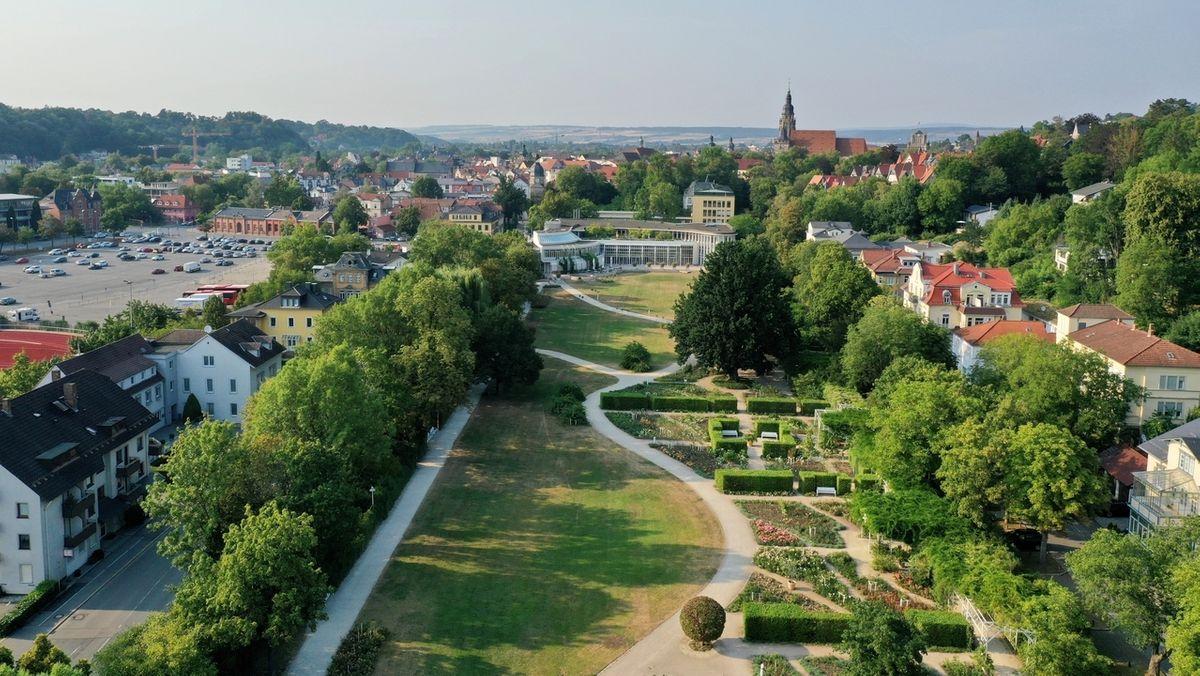Ein Park mitten in der Stadt Coburg.