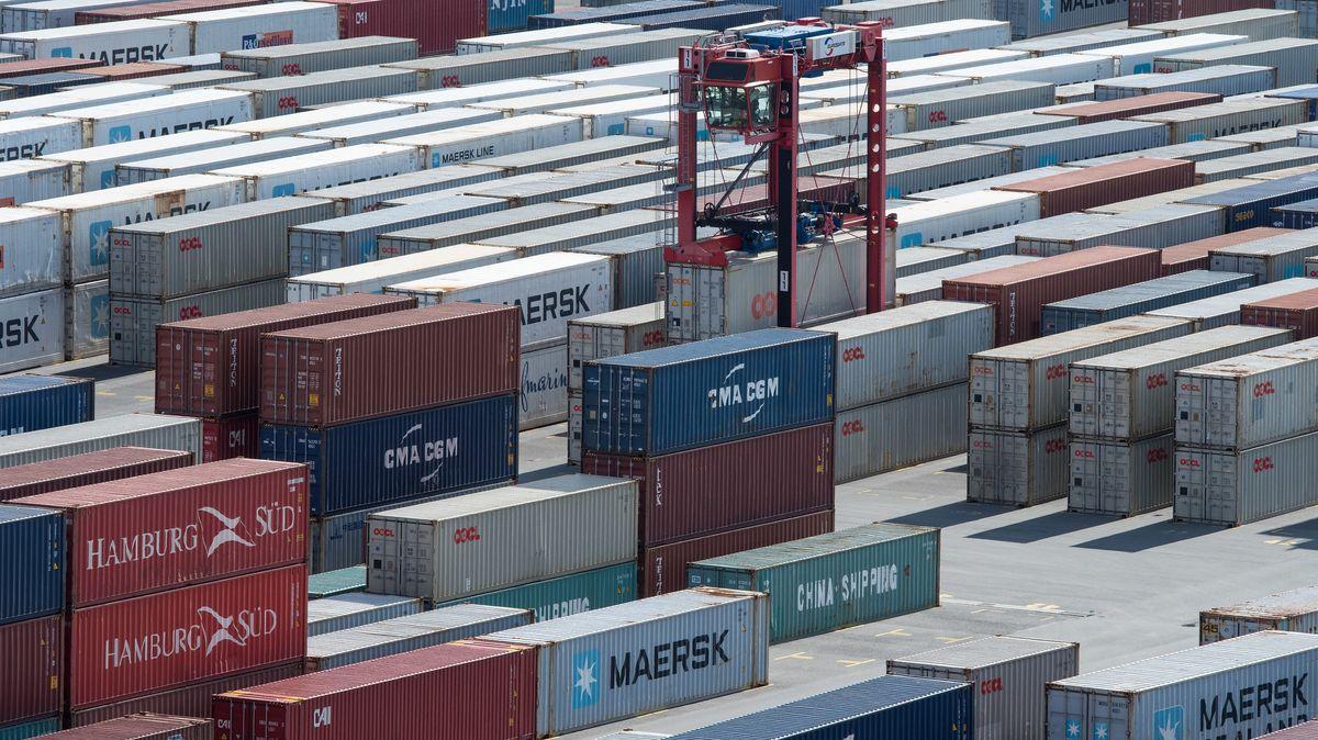 Ein VanCarrier transportiert Container über den Abstellplatz auf dem JadeWeserPort