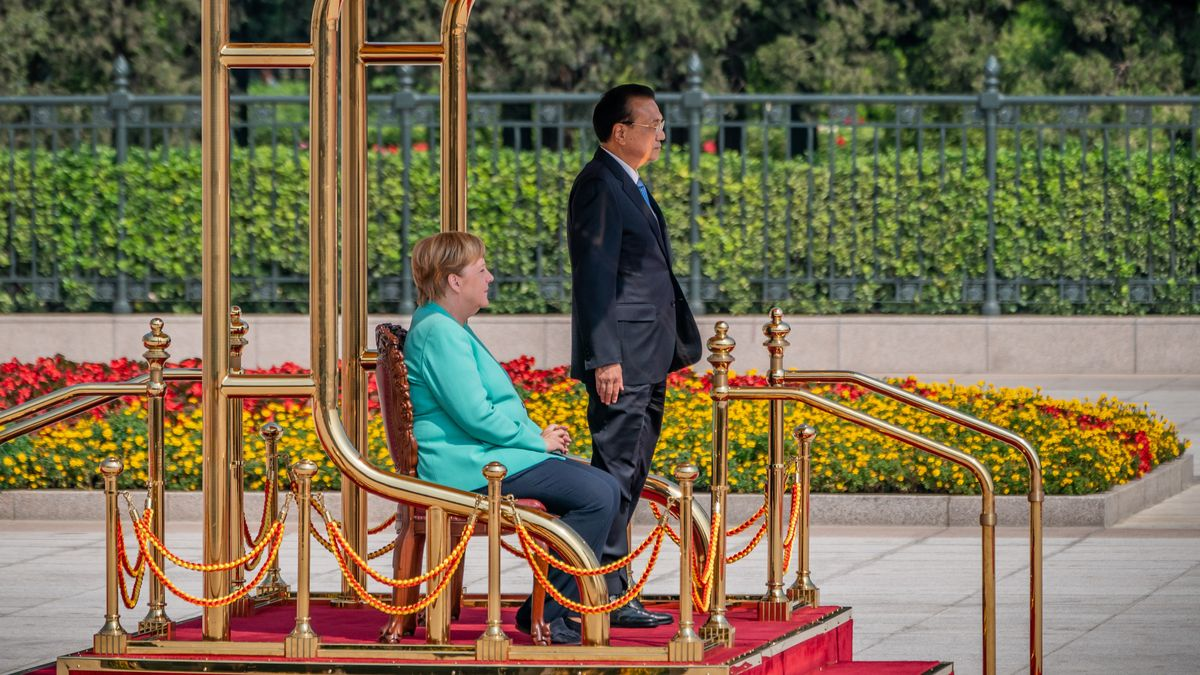 Bundeskanzlerin Angela Merkel wird von Li Keqiang, Ministerpräsident von China, mit militärischen Ehren im Jahr 2019 empfangen.