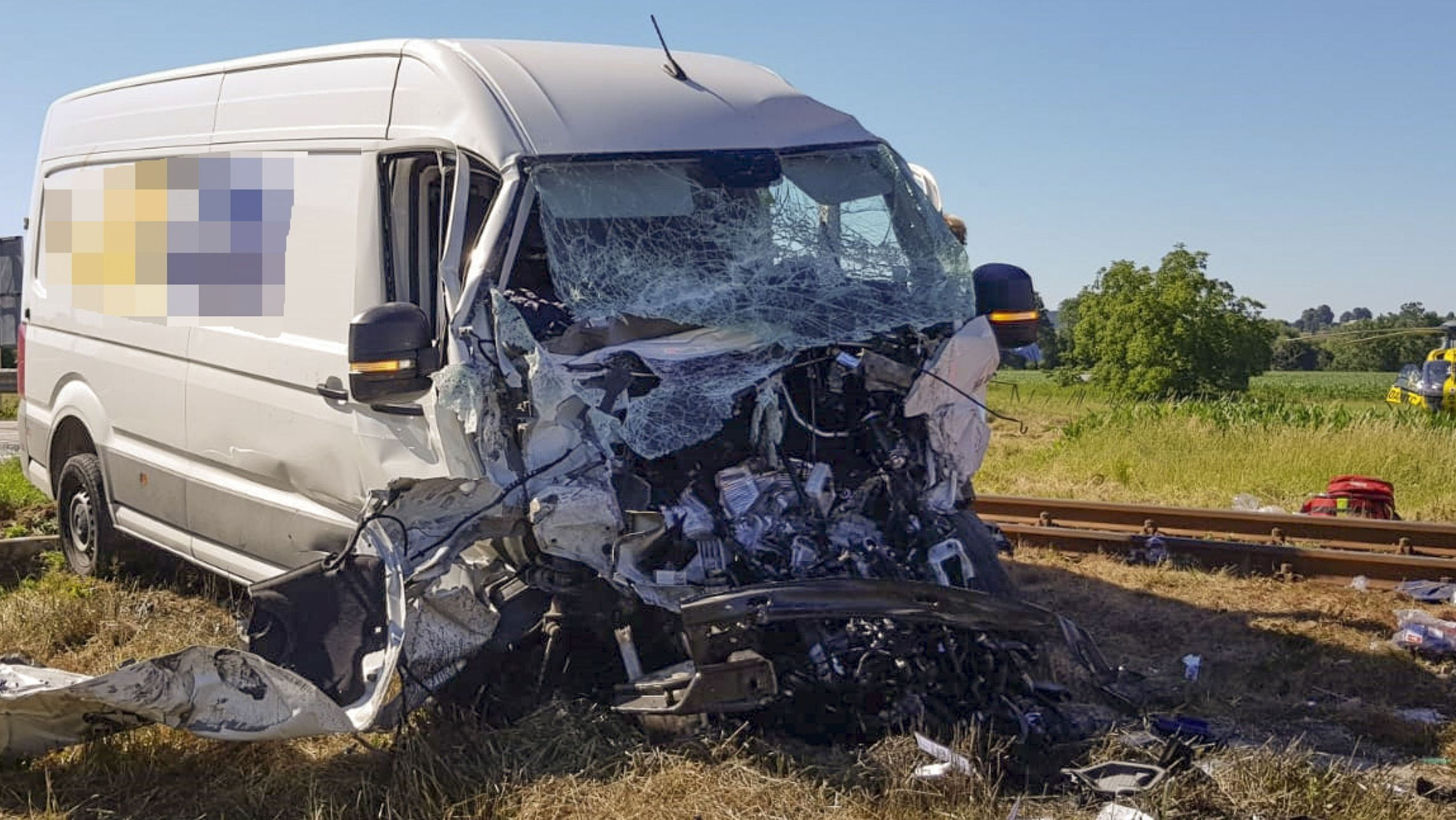 Der stark beschädigte Lieferwagen