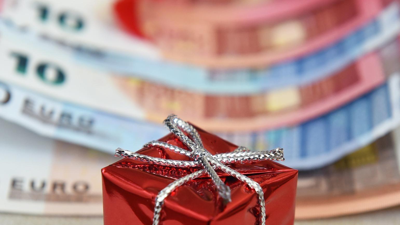 Geschenkpaket auf Geldscheinen