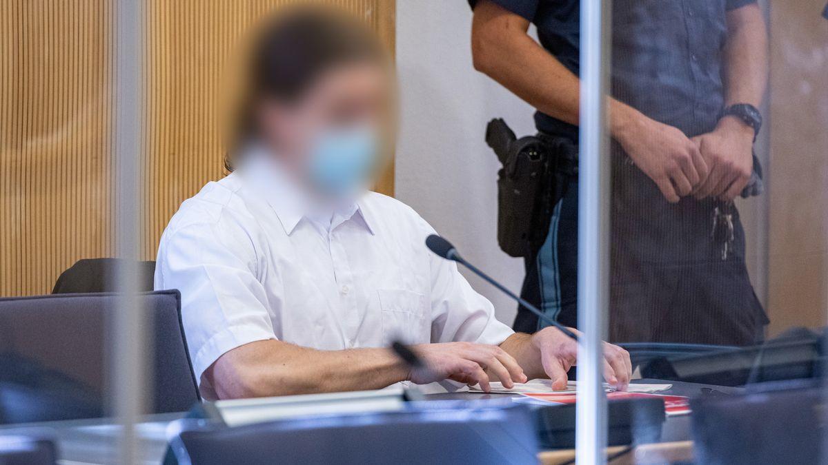 Der Angeklagte sitzt im Verhandlungssaal des Landgerichts Regensburg