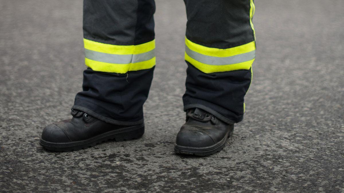Ein Feuerwehrmann mit Sicherheitsschuhen