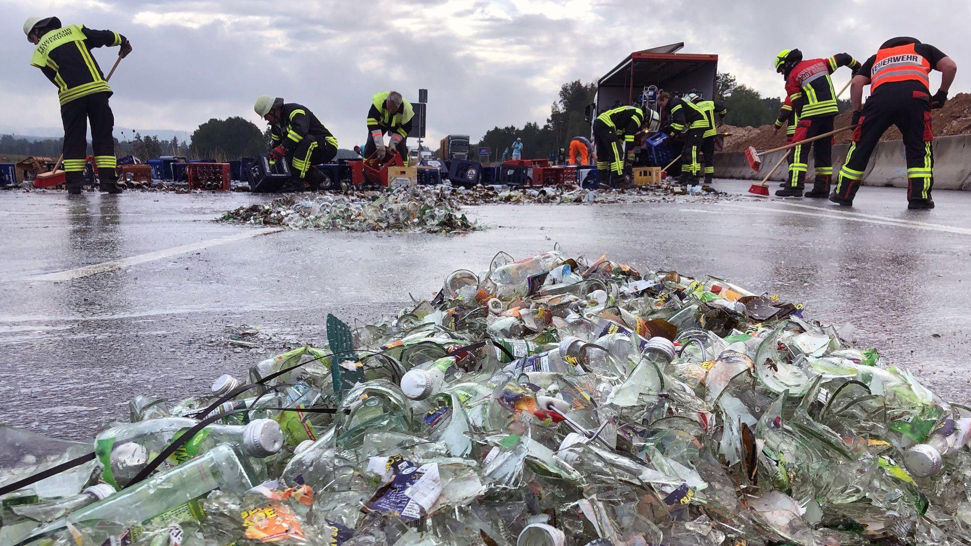 Die Einsatzkräfte der Feuerwehr benötigten fast zwei Stunden, um die Fahrbahn zu reinigen.