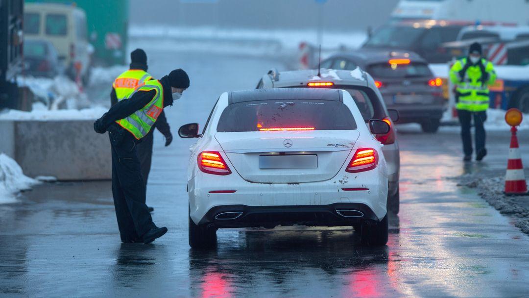 Zwei Polizisten der Bundespolizei bei der Kontrolle von Reisenden und Pendler auf einem Parkplatz