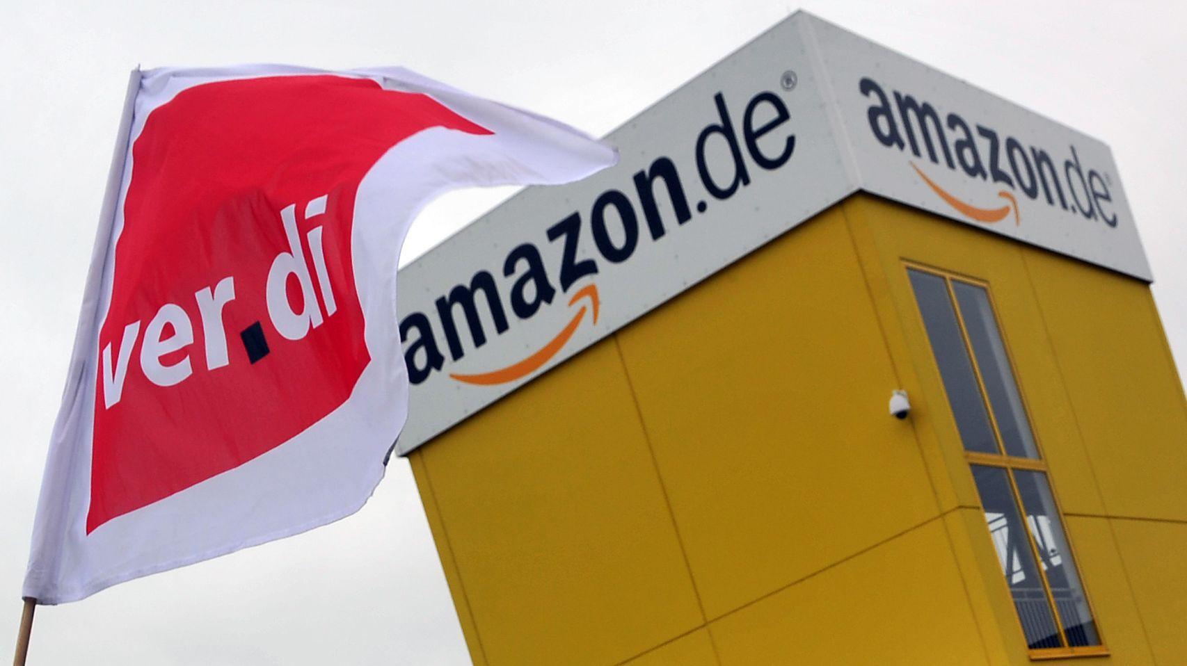 Verdi-Fahne vor dem Amazon-Standort in Graben bei Augsburg (Archivbild)