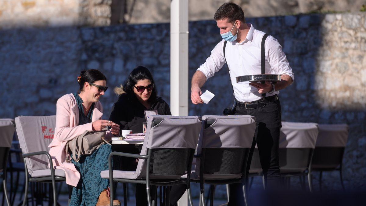 Im kroatischen Zadar sitzen am 1. März 2021 zwei Frauen im Freien und trinken Kaffee in einem Café.