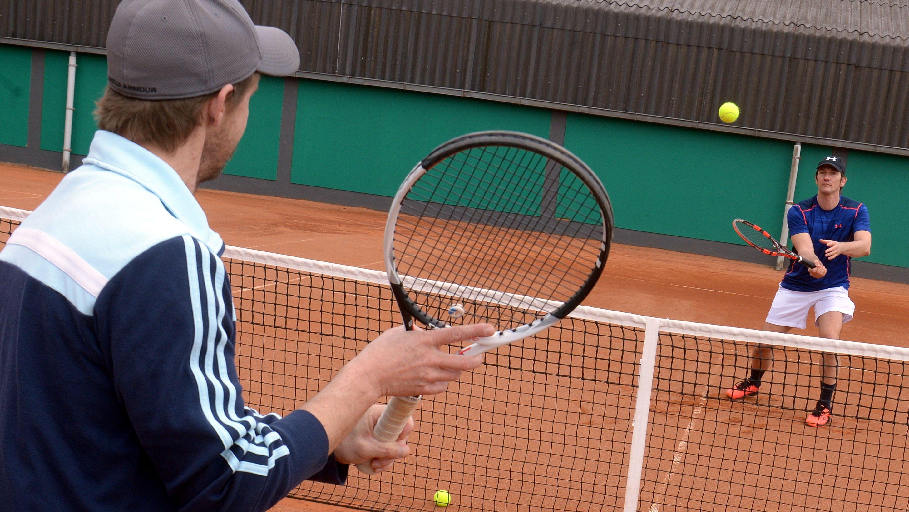 Hobbyspieler auf dem Tennisplatz