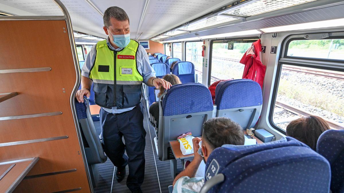 Ein Mitarbeiter des Präventionsteams der Deutschen Bahn kontrolliert die Maskenpflicht in einem ICE