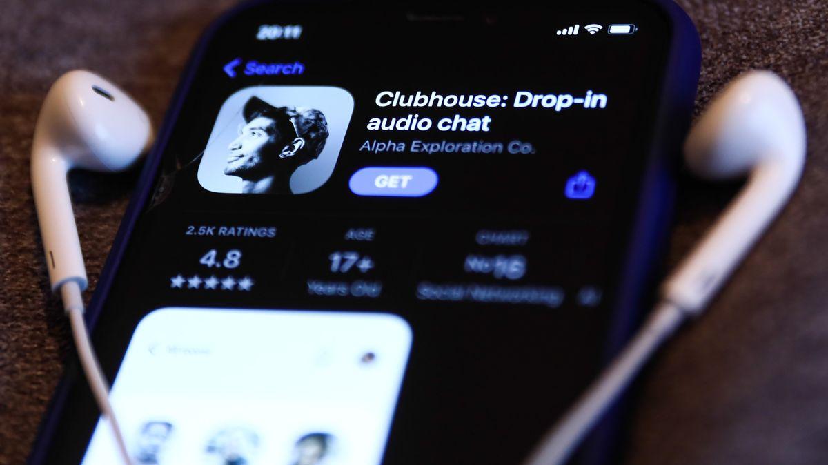 Smartphone mit Kopfhörern und Clubhouse auf dem Display