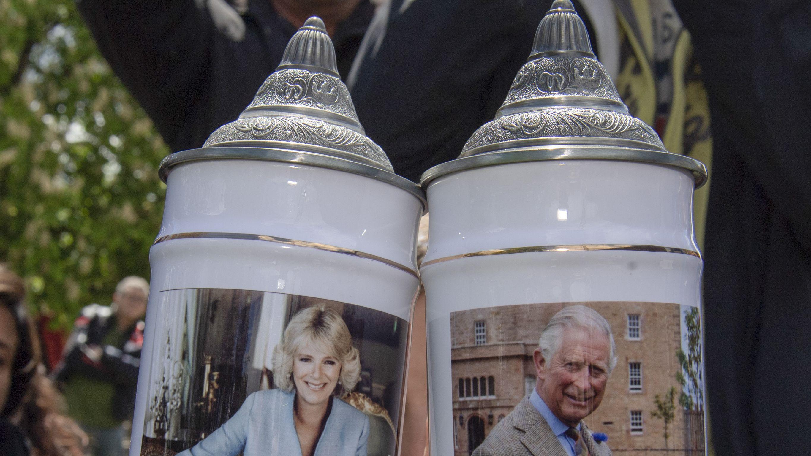 Konterfeis von Prinz Charles und Camilla auf Steinkrügen