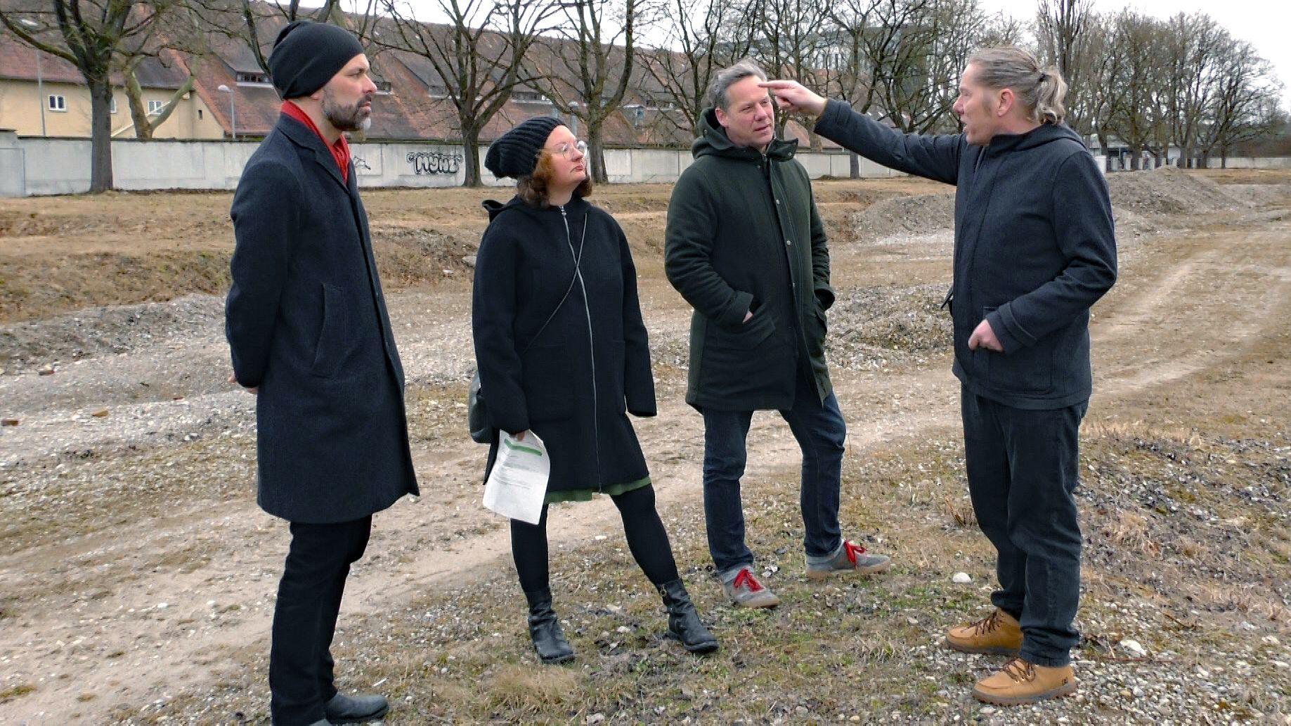 """Holger Werner, Hilde Strobl, Florian Freyer  und Volker Bogatzki von der """"WOGENAU"""" auf dem Areal der ehemaligen Sheridan-Kaserne in Augsburg"""