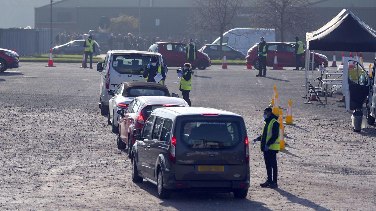 Autos werden an einem Zentrum für Corona-Massentests in Liverpool eingewiesen.