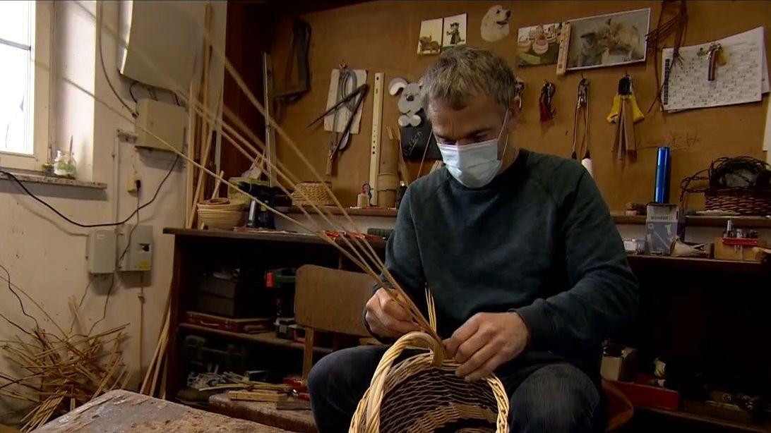 Im Januar beginnt in Oberfranken traditionell die Weidenernte. Daraus stellen Korbflechter kleine Kunstwerke her.