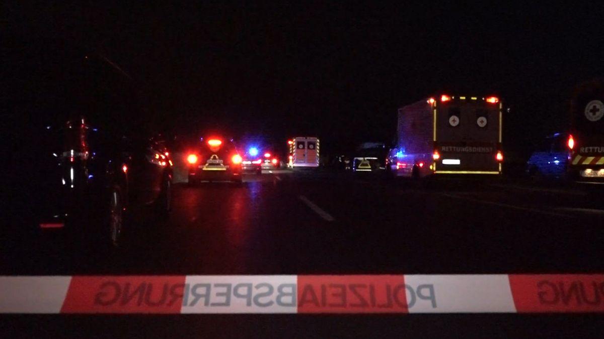 Die A9 zwischen Hilpoltstein und Greding war am Dienstagabend stundenlang gesperrt. Grund war ein Polizeieinsatz an einem Reisebus. Eine Geiselnahme wurde vermutet, die Ermittlungen zu den Hintergründen laufen.