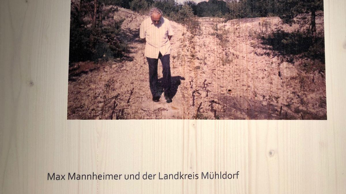 Holztafel mit Bild in der Max Mannheimer-Ausstellung in Mühldorf