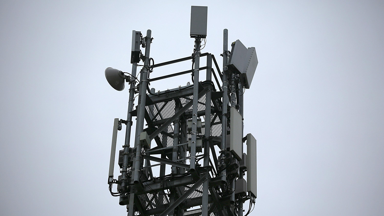 Eine 5G-Antenne steht auf einem Testgelände