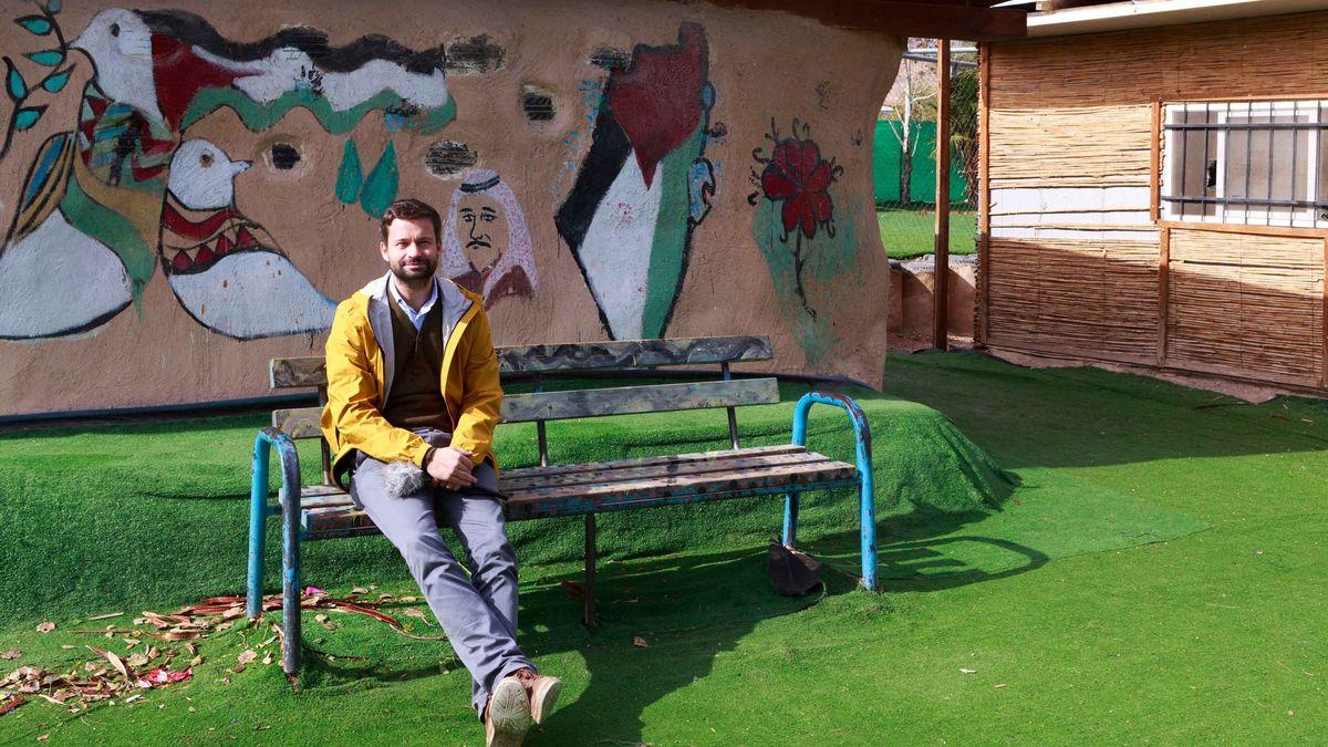 ARD-Korrespondent Torsten Teichmann im Schulhof von Khan al Achmad.