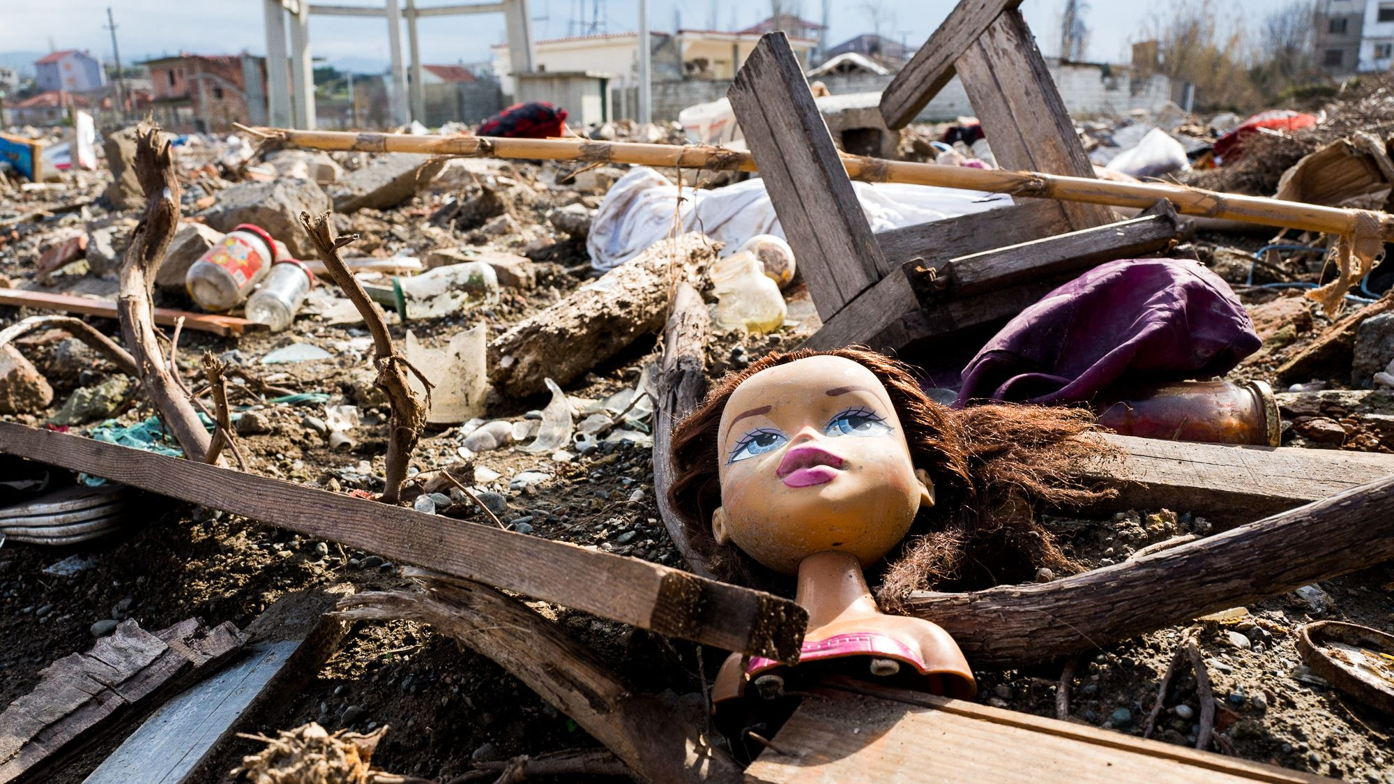 Ein Puppenkopf liegt auf einem Trümmerhaufen im albanischen Thumana. m 26. November 2019 erschütterte das wohl schwerste Erdbeben seit Jahrzehnten Albanien. 51 Menschen starben, fast 1000 wurden verletzt.
