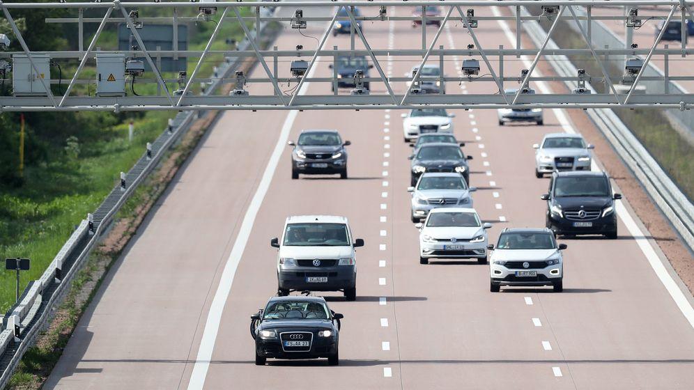 Pkw unter einer Autobahn-Mautbrücke | Bild:dpa-Bildfunk/Jan Woitas