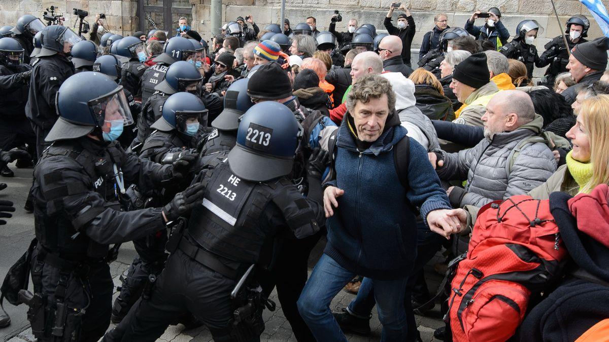 """Teilnehmer rangeln bei einer Kundgebung unter dem Motto """"Freie Bürger Kassel - Grundrechte und Demokratie"""" mit der Polizei."""