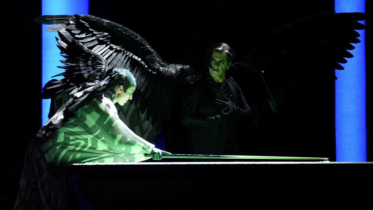 Simon Mago (Lucio Gallo) als geflügeltes Wesen