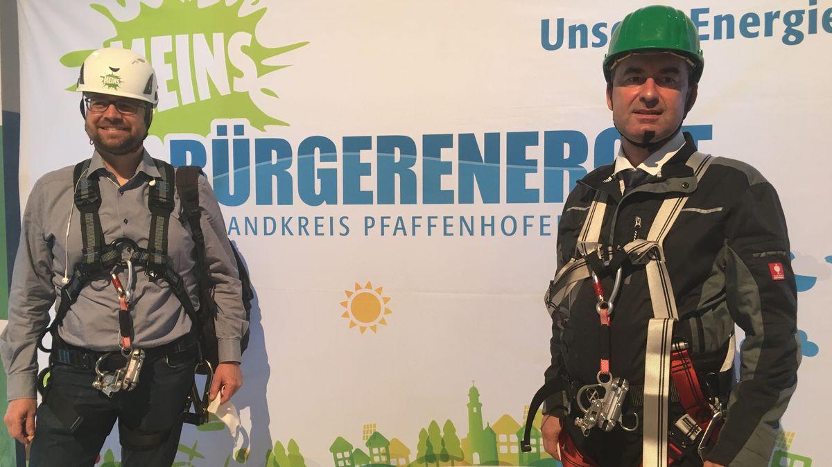 Wirtschaftsminister Hubert Aiwanger (rechts) und Andreas Gerschmann, Vors. der Bürgerenergiegenossenschaft Pfaffenhofen an einem Windrad der BEG