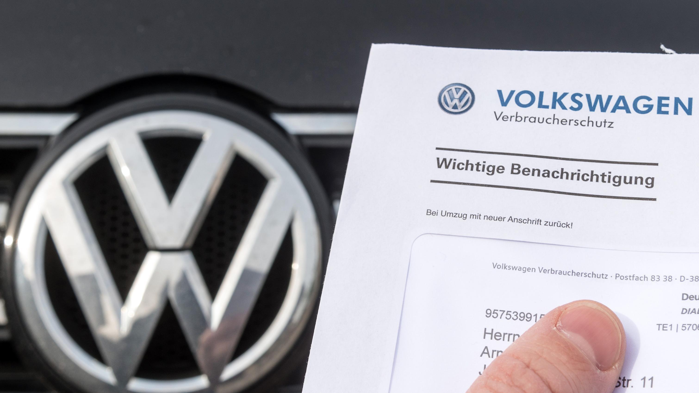 VW Logo und Rückrufschreiben