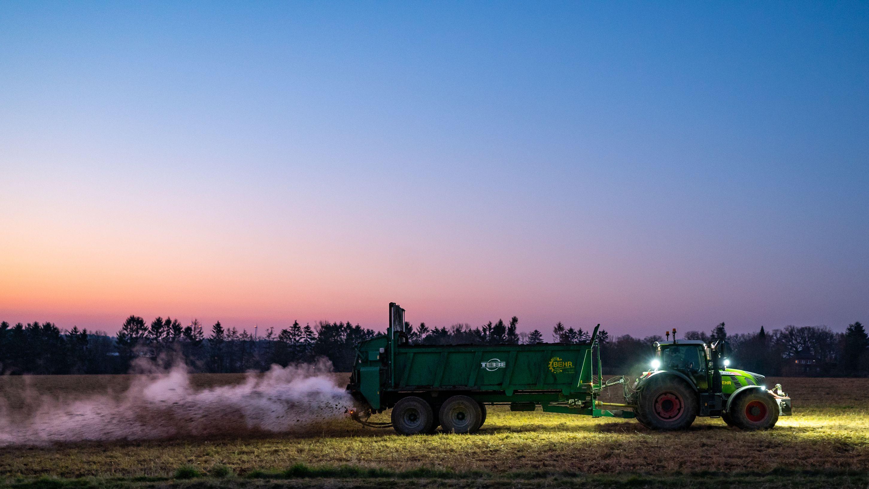 Gärreste aus einer Biogasanlage werden auf einem Feld in Niedersachsen verteilt