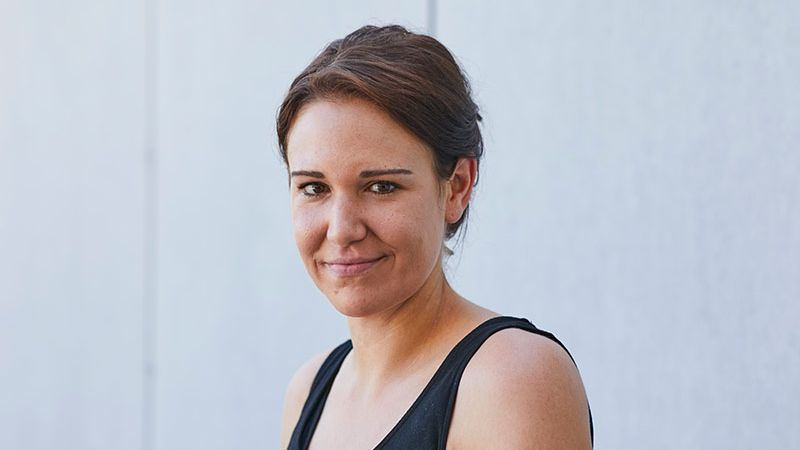 Porträt der österreichischen Autorin Birgit Birnbacher. Sie blickt freundlich und selbstbewusst in die Kamera.
