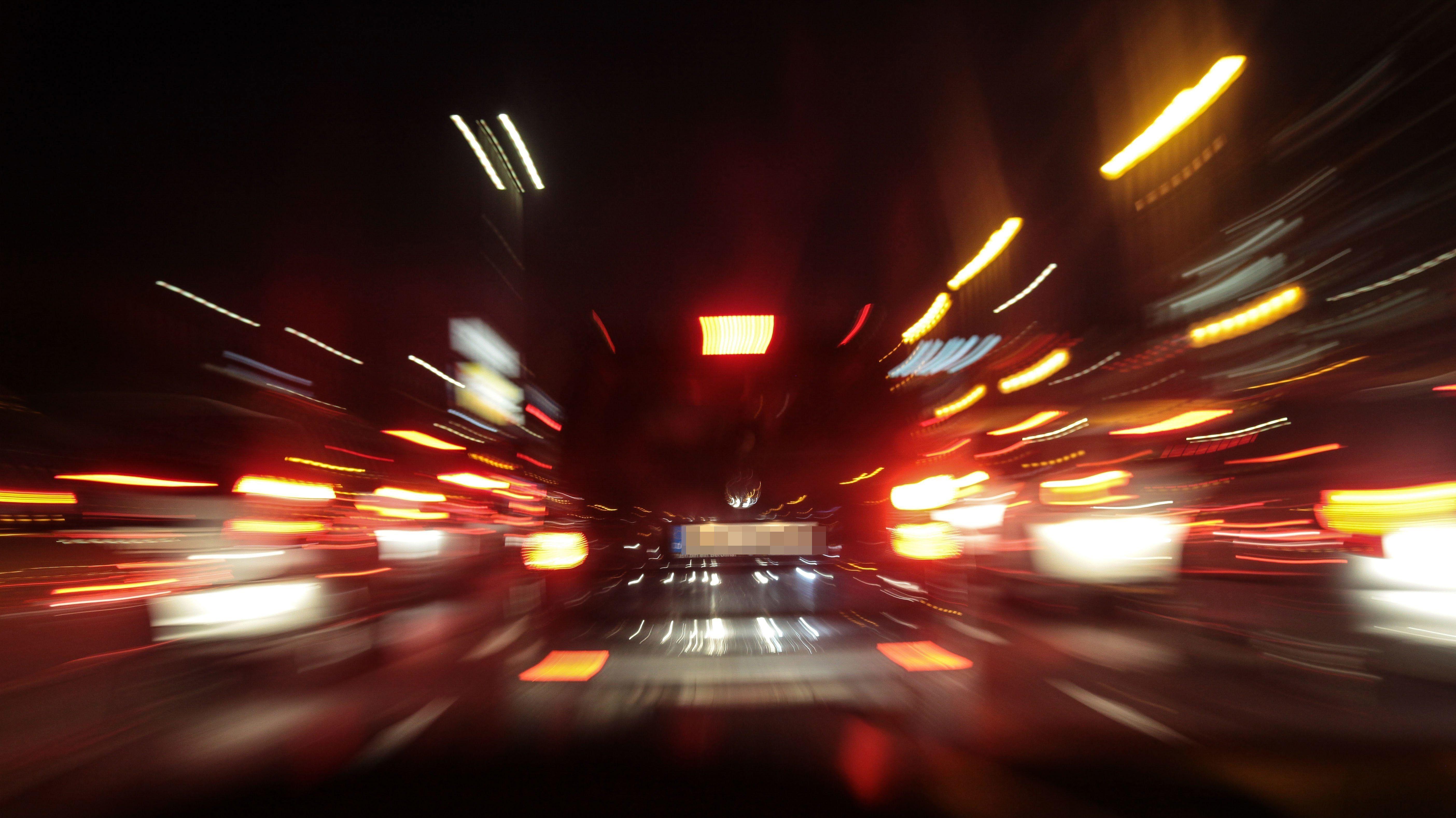 Nach einem tödlichen Unfall mit Fahrerflucht sucht die Polizei in Neu-Ulm den Fahrer (Symbolbild).