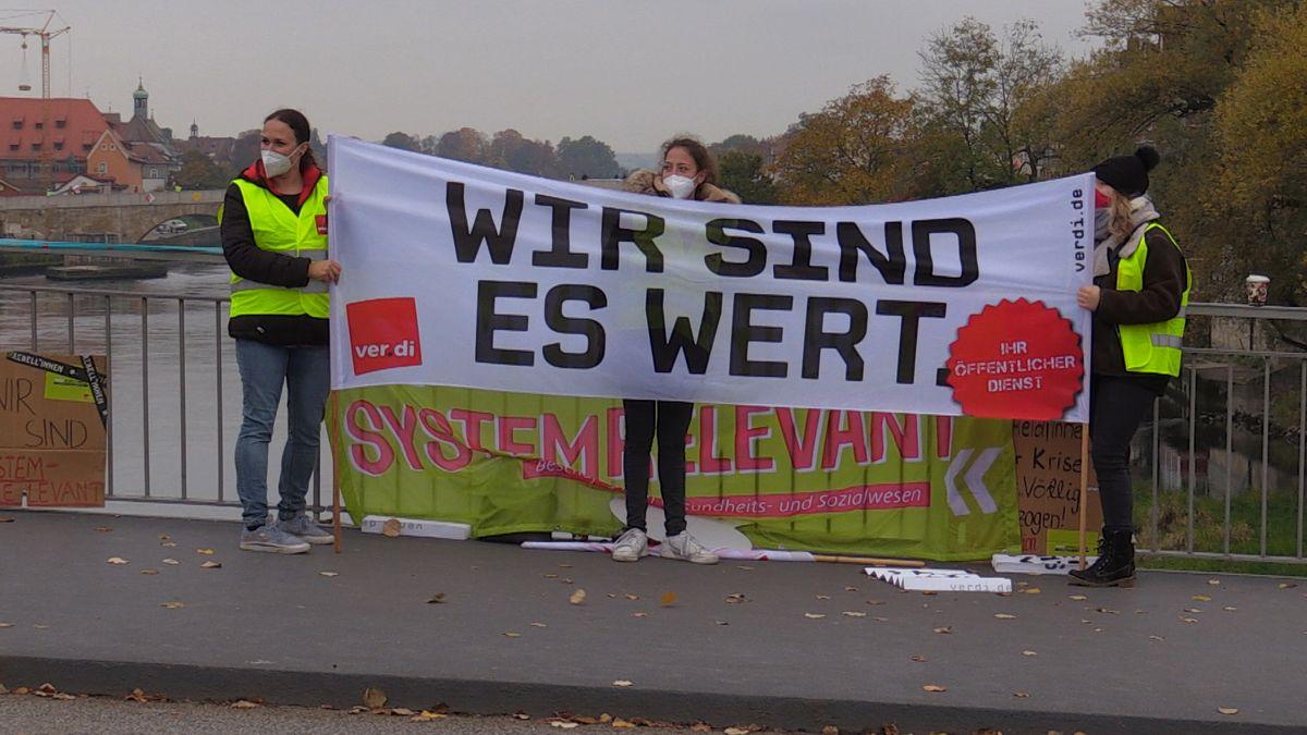 Bild von der Kundgebung an der Steinernen Brücke in Regensburg