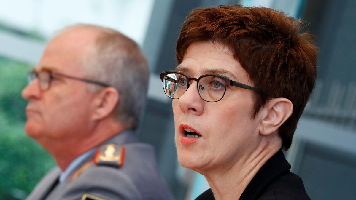 Verteidigungsministerin Annegret Kramp-Karrenbauer (CDU) und Eberhard Zorn, Generalinspekteur der Bundeswehr, bei einer Pressekonferenz zur Reform des Kommando Spezialkräfte (KSK).