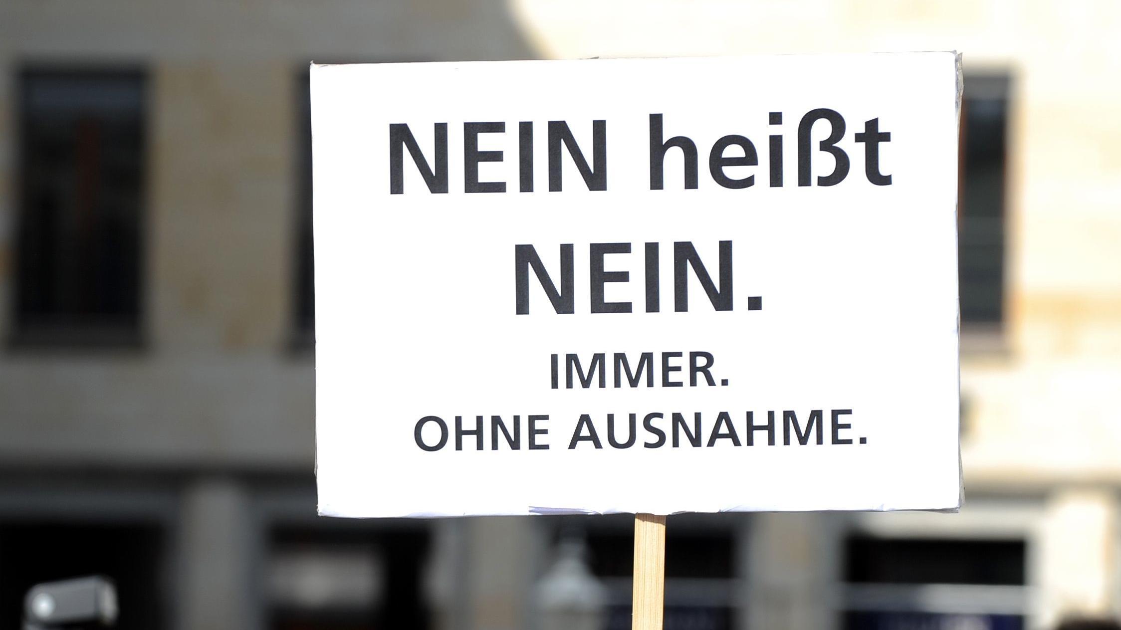 """Archivbild: Auf einem Plakat steht """"Nein heißt Nein""""."""