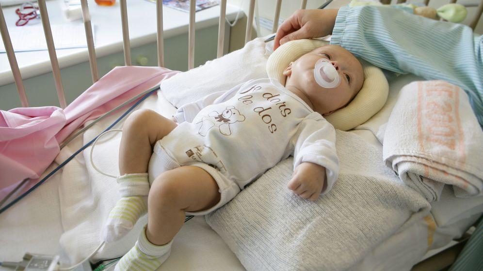 Baby in Gitterbett | Bild:picture alliance/BSIP