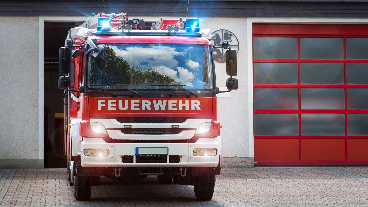 Ein Feuerwehrauto fährt mit Blaulicht zum Einsatz.