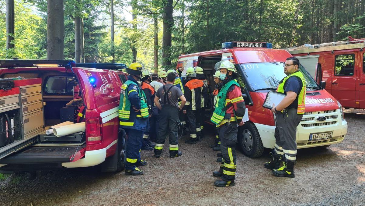 Feuerwehrleute im Wald