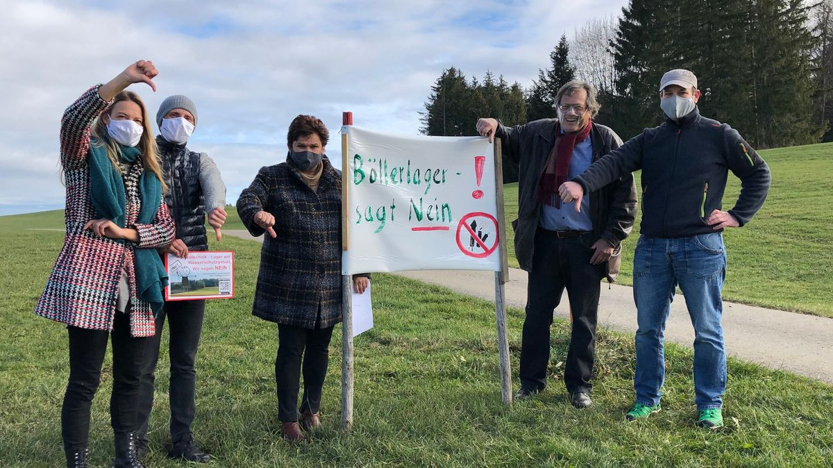 """Bürgerinitiative von Wald protestiert mit Plakat """"Böllerlager - sagt Nein""""."""
