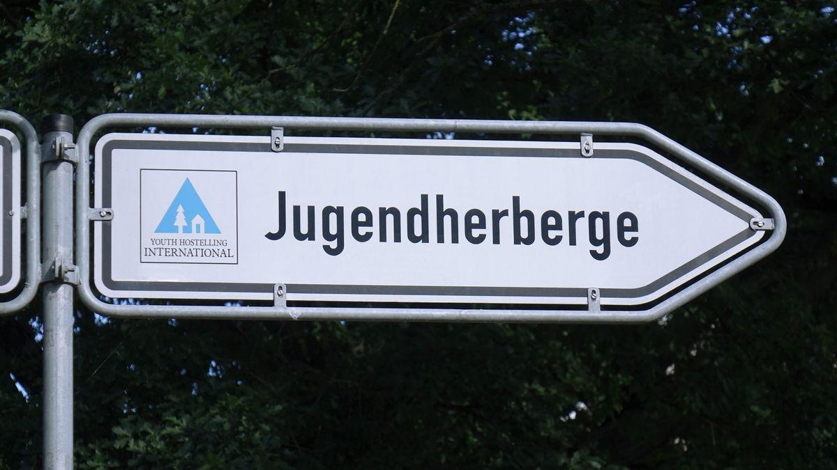 Ein Straßenschild, das den Weg zu einer Jugendherberge zeigt.