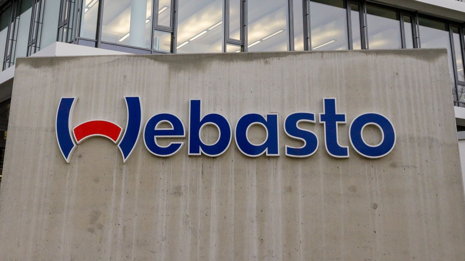 Schriftzug am Hauptgebäude der Firma Webasto in Stockdorf (Oberbayern)