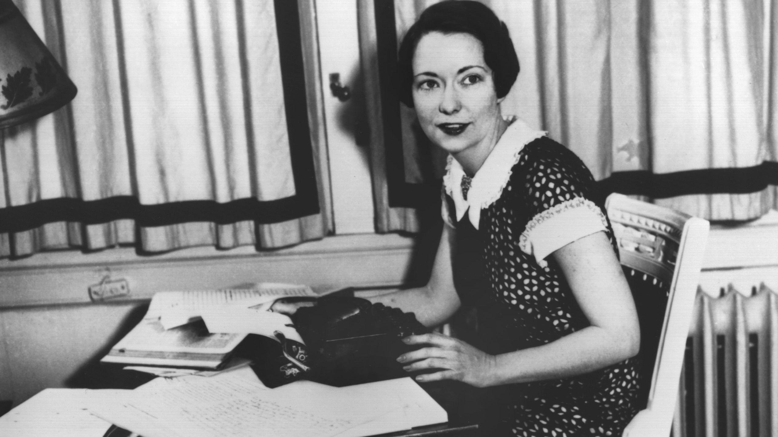 """Die amerikanische Schriftstellerin Margaret Mitchell im Jahr 1936, kurz vor der Veröffentlichung ihres Romans """"Gone with the wind"""". Unter dem Titel """"Vom Wind verweht"""" ist das Buch nun in neuer deutscher Übersetzung erschienen, der ersten nach über 80 Jahren."""