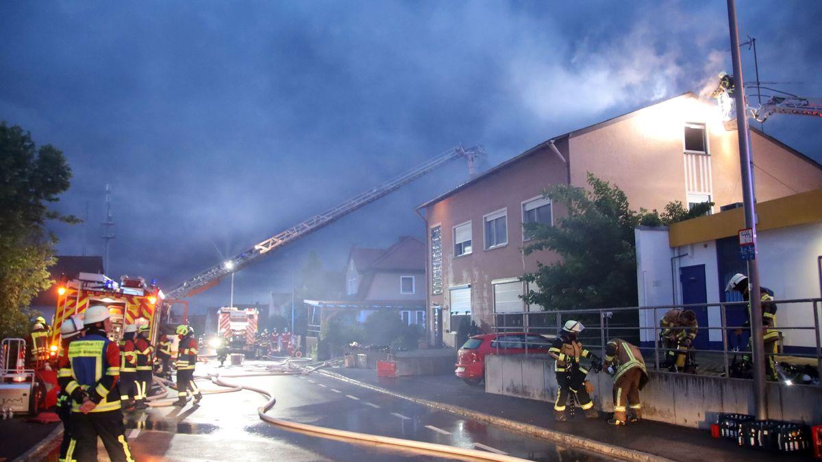 Die Feuerwehr löscht das Haus in Burglengenfeld