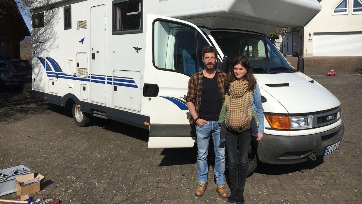 Vera Fleckenstein und Simon Mikolasch vor ihrem Wohnmobil